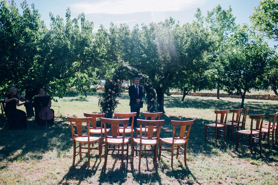 un-mariage-simple-et-chic-a-gordes-ingrid-lepan-photographe-provence-12